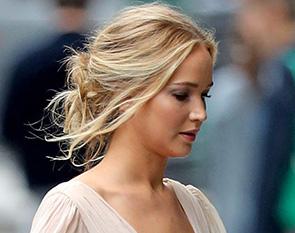 Задумчивая блондинка