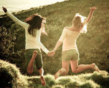 подруги прыгают